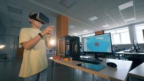 Excited ребенк школы рассматривая технологию 3D с стеклами виртуальной реальности в трехмерной лаборатории печатания 4K
