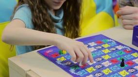 Excited ребенок играя настольную игру, учебный прочесс, воспитание сток-видео