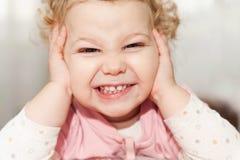 Excited ребёнок полагаясь на ее руках стоковое фото rf