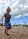 Excited самолеты ребенка на заднем плане стоковые изображения rf