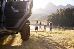 Excited семья достигая назначение сельской местности на поездке стоковое изображение