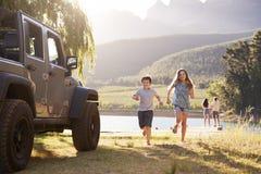 Excited семья достигая назначение сельской местности на поездке стоковые фото
