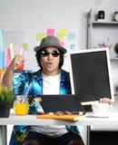 Excited стильный молодой человек держа пустое классн классный пока работающ стоковое изображение rf