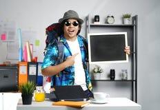 Excited стильный молодой человек нося большой рюкзак и держа Blac стоковые изображения rf