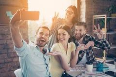 Excited счастливое молодые люди делая selfie на камере smartphone стоковые изображения rf
