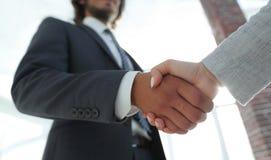 Excited усмехаясь партнер handshaking бизнесмена на встрече, Стоковое фото RF
