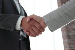 Excited усмехаясь партнер handshaking бизнесмена на встрече, Стоковые Фото