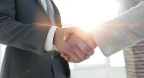Excited усмехаясь партнер handshaking бизнесмена на встрече, Стоковая Фотография