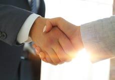 Excited усмехаясь партнер handshaking бизнесмена на встрече, Стоковые Фотографии RF