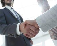 Excited усмехаясь партнер handshaking бизнесмена на встрече, Стоковое Изображение RF