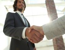 Excited усмехаясь партнер handshaking бизнесмена на встрече, Стоковое Изображение