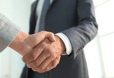 Excited усмехаясь партнер handshaking бизнесмена на встрече, Стоковое Фото