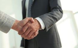 Excited усмехаясь партнер handshaking бизнесмена на встрече, Стоковая Фотография RF