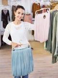 Excited усмехаясь юбки покупок молодой женщины стоковая фотография rf