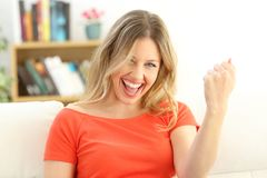 Excited успешная женщина смотря камеру Стоковые Фото