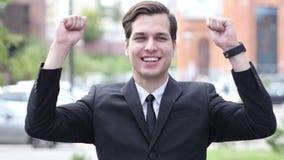 Excited успешный бизнесмен празднуя жест, портрет, внешний конец вверх сток-видео