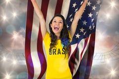 Excited футбольный болельщик в футболке Бразилии держа США сигнализирует Стоковое Фото