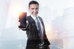 Excited человек показывая экран его умного телефона Стоковое Изображение RF