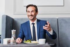 Excited человек есть вкусную еду в ресторане Стоковые Изображения RF