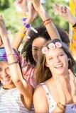 Excited любители музыки на фестивале Стоковое Фото