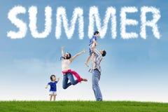 2 excited родителя с детьми на поле Стоковые Фото