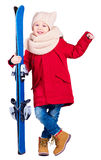 Счастливый excited ребенк мальчика держа лыжное оборудование Стоковая Фотография