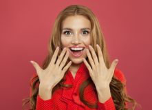 Excited förvånad kvinna med naturlig makeup, lockigt ljust rödbrun hår och den manicured handen på färgrik ljus rosa bakgrund arkivbilder