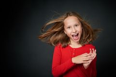 Excited surpreendeu gritar preteen da menina da alegria fotos de stock