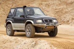 Exciter outre du drivig de route dans un puits de gain de sable Image stock