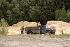 Exciter outre du drivig de route dans un puits de gain de sable Images stock