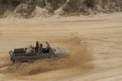 Exciter outre du drivig de route dans un puits de gain de sable Photos libres de droits