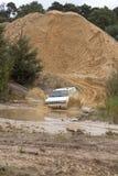 Exciter outre du drivig de route dans un puits de gain de sable Photo libre de droits