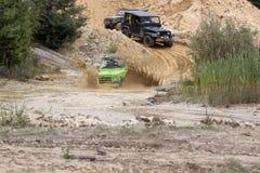 Exciter outre du drivig de route dans un puits de gain de sable Photos stock