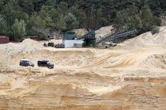 Exciter outre du drivig de route dans un puits de gain de sable Photo stock
