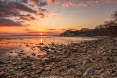 Exciting заход солнца/восход солнца на скалистом побережье Стоковые Фотографии RF