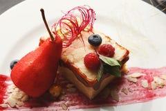 Exclusief die dessert op witte plaat, close-up wordt gediend royalty-vrije stock fotografie
