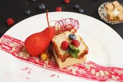 Exclusief die dessert op witte plaat, close-up wordt gediend royalty-vrije stock foto's