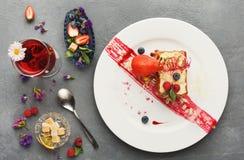 Exclusief die dessert op witte plaat, hoogste mening wordt gediend royalty-vrije stock foto's