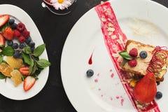 Exclusief die dessert op witte plaat, hoogste mening wordt gediend stock afbeelding
