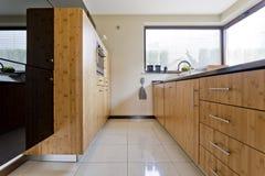 Exclusieve houten keuken stock afbeeldingen