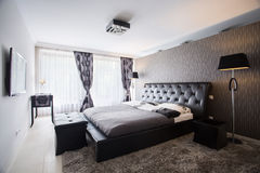 Exclusieve slaapkamer in luxeherenhuis royalty-vrije stock foto's