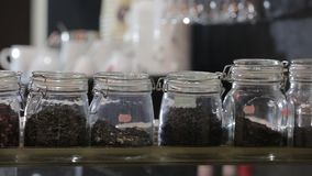 Exclusieve theebar met verscheidenheid van verschillende theeën stock videobeelden