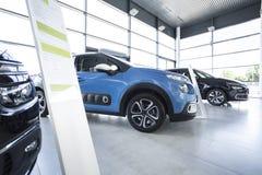Exclusieve voertuigen in een autotoonzaal met afzet stock fotografie