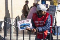 Excursão aberta do ônibus, serviço de propaganda do homem Imagens de Stock Royalty Free