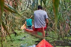 Excursão da canoa em um rio Fotos de Stock Royalty Free