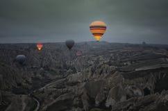 Excursão do balão sobre as chaminés feericamente no amanhecer em Cappadocia fotografia de stock royalty free