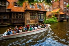 Excursão do barco de canal do turista na cidade velha de Bruges, Bélgica imagens de stock