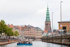 Excursão do barco em Frederiksholms Kanal, em Copenhaga imagens de stock