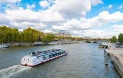 Excursão do barco em Seine imagens de stock