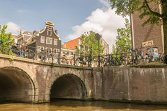 Excursão do barco nos canais de Amsterdão (ponte) Foto de Stock